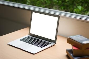 Computador laptop e antigo livro antigo