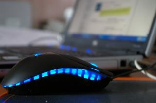 Computador portátil com o rato azul