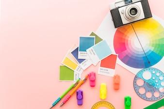 Conceito de arte com câmera e materiais de pintura