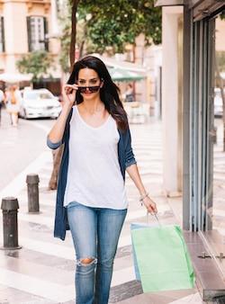 Conceito de compras com mulher vestindo óculos de sol