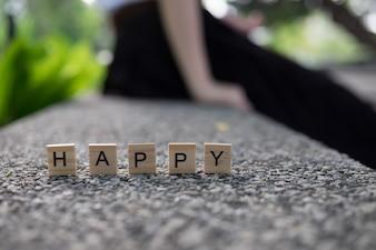 Conceito de feliz - alfabeto feliz de madeira