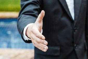 Conceito de negócios e escritório - Homem de negócios apertando as mãos na propriedade de luxo.