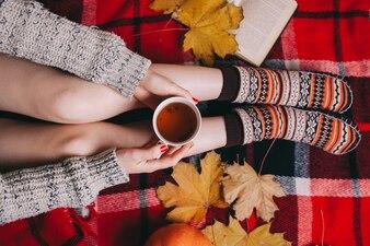Conceito de outono. Flat Lay, Wooman holding tea tea