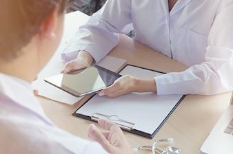 Conceito de reunião de equipe de rede de tecnologia médica. Doutor, mão, trabalhando, inteligente, telefone, moderno, digital, tablet, laptop, computador, gráficos, gráfico, interface