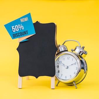 Conceito de vendas de sexta feira preta com alarme atrás do tabuleiro
