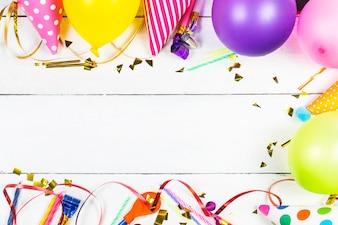 Conceito festa de aniversário no fundo branco padrão de exibição superior