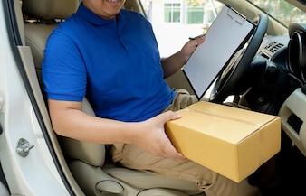 Condutor de entrega dirigindo com parcelas no assento.