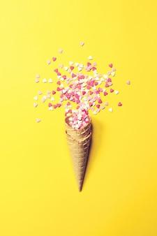 Cone de gelado com pequenos corações de caramelo