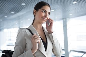 Confiante, mulher, resolver, negócio, Edições, telefone