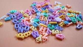 Conjunto de alfabeto em plástico com anéis pequenos