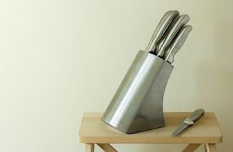 Conjunto de facas de cozinha na mesa