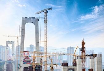 Construção de pilares de concreto alto da ponte usando guindaste de torre