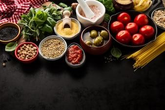 Conteúdo da comida Conceito alimentar com vários ingredientes frescos saborosos para cozinhar. Ingredientes alimentares italianos. Exibir de cima com espaço de cópia.