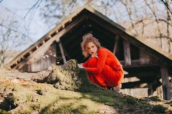 Conto. fantástica menina ruiva em uma misteriosa floresta