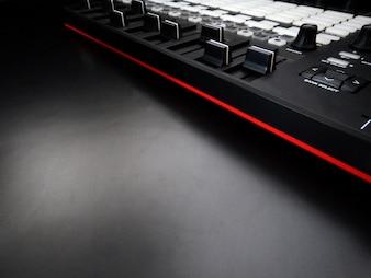 Controlador de música em primeiro plano, instrumento musical eletrônico ou mixer de áudio ou equalizador de som (sintetizador modular analógico)