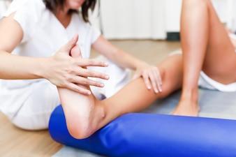 Controle médico nas pernas em um centro de fisioterapia.