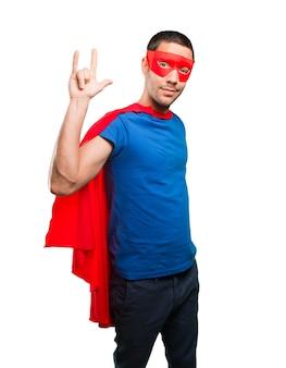 Cool super-herói com gesto de rock
