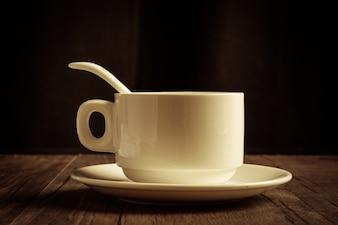 Copo de café com colher de chá e pires