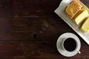 Copo de café e pires com bolo