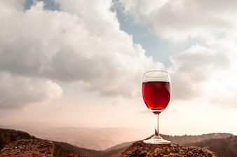 Copo de vinho tinto e belas paisagens de Outono