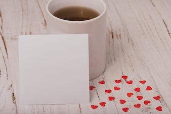 Copo do chá com um cartaz branco