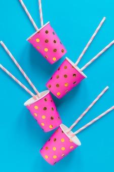Copos cor-de-rosa com palha