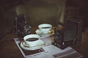 Copos de café e uma câmera velha