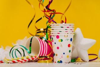 Copos de plástico com serpentina e confete