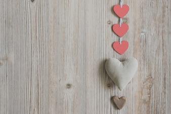 Coração da tela com corações de papel vermelhos e castanhos