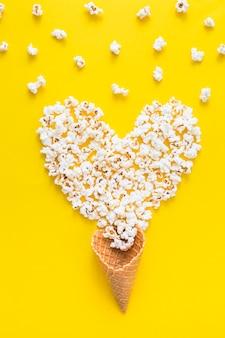 Coração de pipoca e cone de waffle
