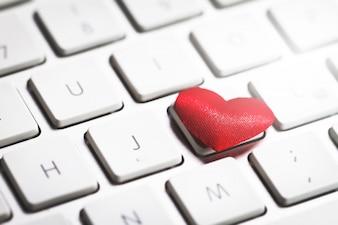 Coração no teclado de um computador
