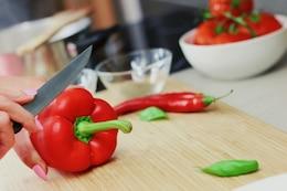 Cortando pimentas vermelhas