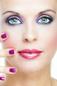 Cortar tiro da face da mulher com maquiagem