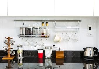 Cozinha arrumada com superfície de mármore