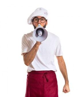 Cozinheiro gritando por megafone
