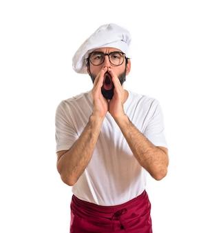 Cozinheiro gritando sobre fundo branco