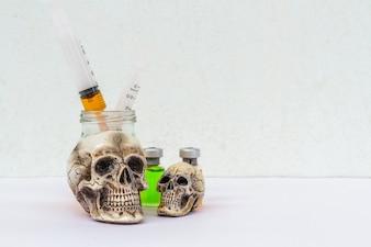 Crânio e seringa