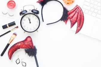 Creative flat lay of halloween conceito de moda no fundo branco