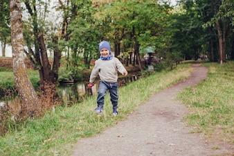 Criança ao ar livre grama calçado pequena