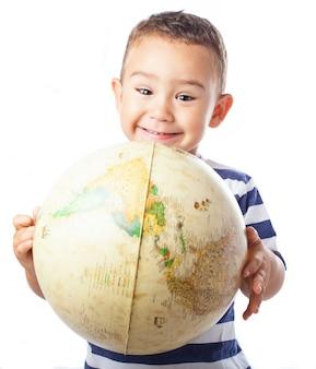 Criança de sorriso com um globo