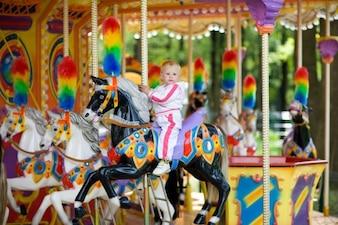 Criança em um carrossel