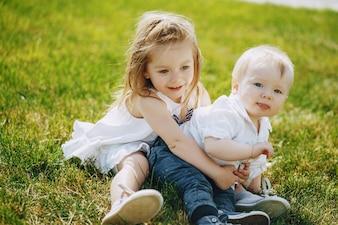 Crianças em uma grama