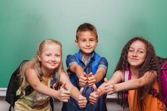 Crianças gesticulando polegares para cima