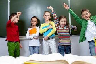 Crianças que têm o divertimento na sala de aula