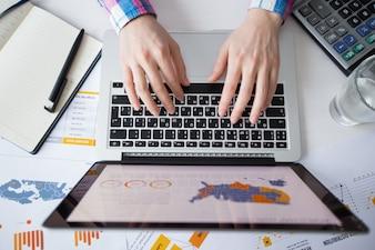 Cropped, vista, negócio, Pessoa, trabalhando, laptop