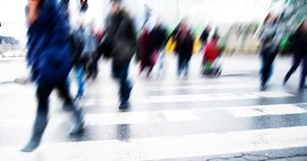 Crosswalk com borrão de pessoas