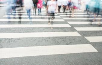 Cruzamento de zebra com as pessoas