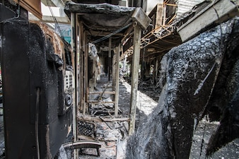 Dano após a construção em chamas na cidade
