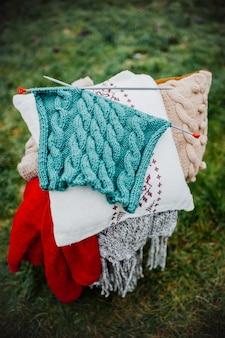 Decoração de inverno, travesseiro, chaleira, livro, caixa ao ar livre