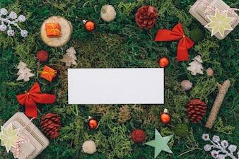 Decoração de natal na grama com bandeira